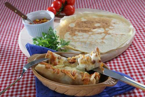 Clătite umplute cu sos şi porumb