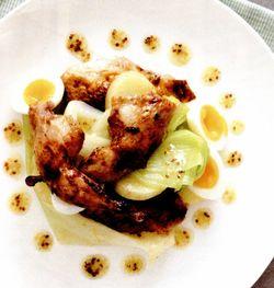 Friptură de prepeliţă cu praz, cartofi şi vinegretă