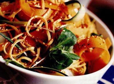 Salată cu tăiţei şi susan