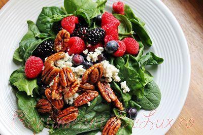 Salata_de_spanac_cu_fructe_de_padure_si_nuci_pecan_caramelizate_07