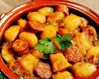 Mancare de cartofi cu salam picant si ciuperci