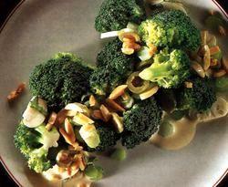 Retete_de_Sarbatoare_Salata_de_broccoli_cu_migdale