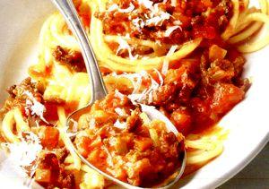 Spaghetti_bolognese_cu_carne_tocata_si_rosii