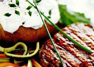 Retete_pentru_gratar_Carne_de_vita_cu_cartofi_copti_si_verdeturi