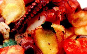 Caracatita_la_gratar_cu_rosii_cartofi_si_ciuperci