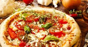 Pizza cu legume si branza