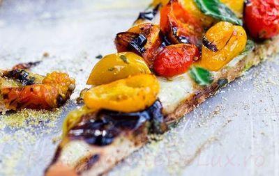 Pizza_cu_rosii_coapte_mozzarela_si_sos_pesto_10