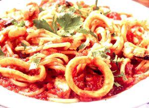 Spaghete_cu_calamari_si_sos_de_rosii