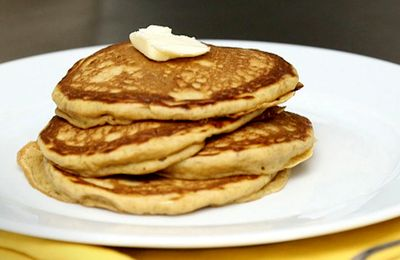 Pancakes cu mere din: apa minerala ulei, zahar, vanilie, faina, praf de copt, lamaie, mere, nuca, scortisoara, sare, ulei, esenta de rom