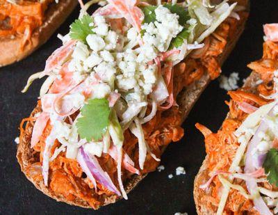 Sandwich_de_pui_cu_salata_si_branza_albastra_12