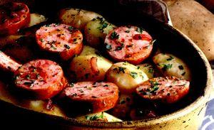 Cartofi la cuptor cu carnati