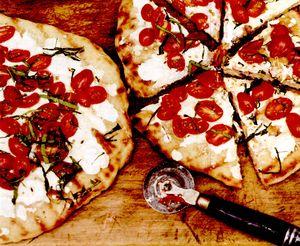 Pizza cu rosii si branza de capra
