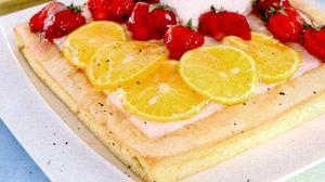 Tort_cu_frisca_fructe_si_aroma_de_vanilie