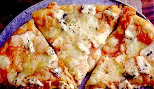 Pizza_cu_branza_cascaval_afumat_si_mozzarella