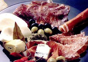 Platou_aperitiv_cu_sunca_masline_si_anghinare