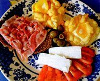 Mic_dejun_grecesc_cu_oua_branza_si_bacon