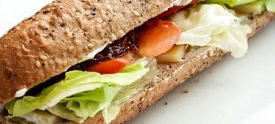 Sandwich_cu_branza_cheddar_si_salata_iceberg_04