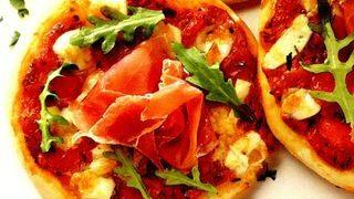 Pizza cu sunca si rucola