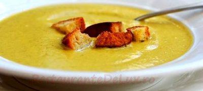 Supa crema de legume servita cu crutoane