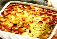 Gratin de cartofi si hering cu sos de arpagic verde