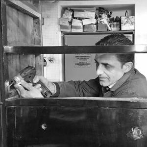 Restauro e trattamento antitarlo su un cassettone in legno a Caserta