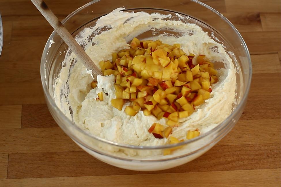 prajitura cu branza de vaci si nectarine - nectarine cuburi in crema