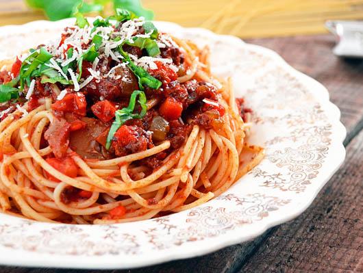 spaghete-cu-sos-ragu-de-vita-si-legume