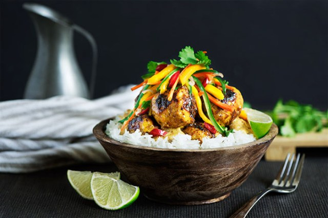 chiftelute-de-pui-in-sos-asiatic-cu-orez-si-salata-de-legume