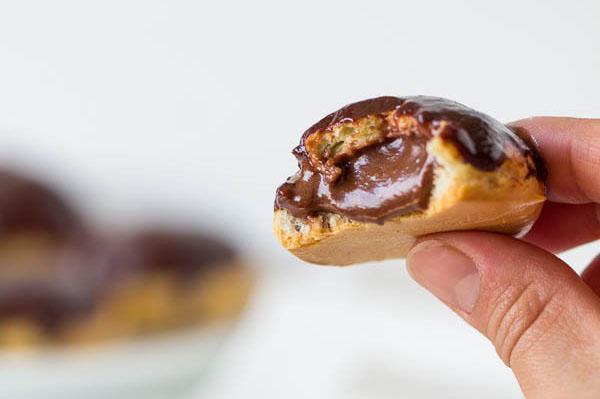 profiterol-cu-portie-dubla-de-ciocolata