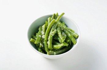 Salata de fasole verde cu sos de usturoi