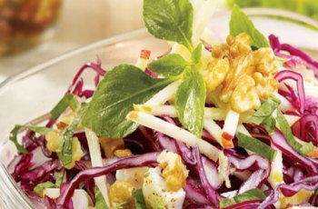 Salata de varza rosie cu nuci si branza telemea