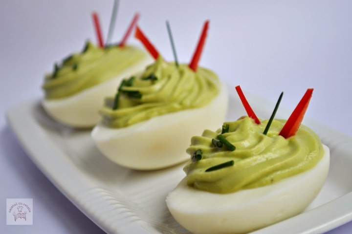 Oua umplute cu pasta de avocado (Caietul cu retete)