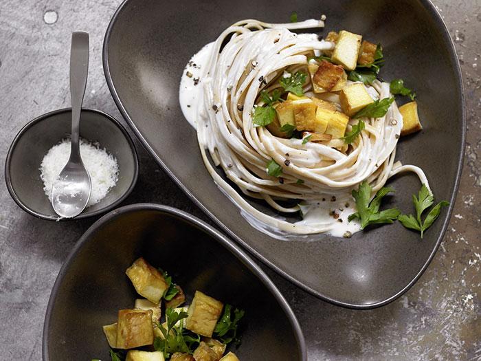Spaghete cu sos-crema de soia si tofu afumat