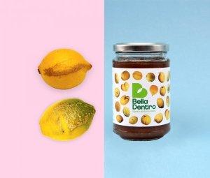 immagine tagliata in due, da una parte ci sono due limoni scartati e dall'altra la confettura realizzata da Bella dentro