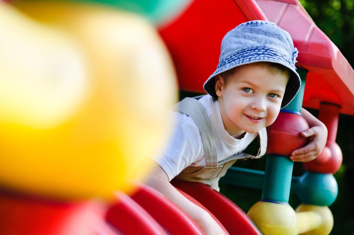 Jongen in speeltuin
