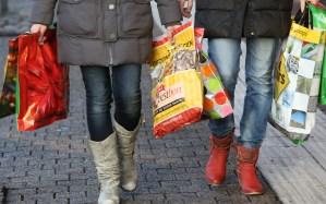 Winkelen met plastic draagtassen
