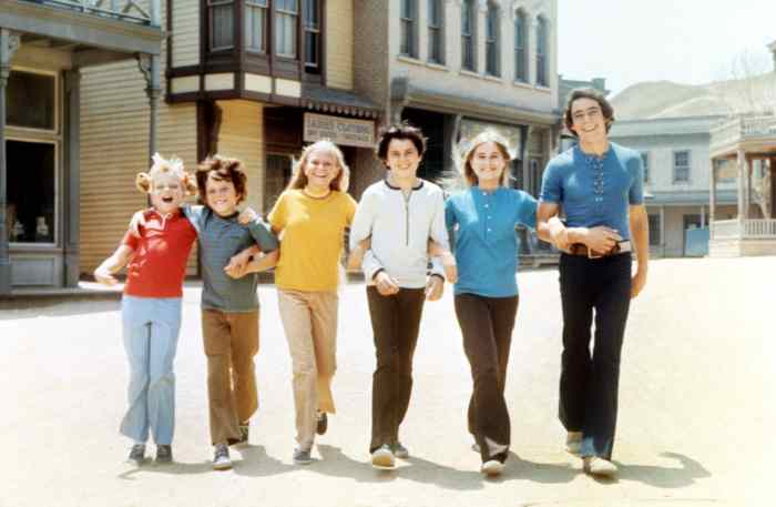 THE BRADY BUNCH, Susan Olsen, Mike Lookinland, Eve Plumb, Christopher Knight, Maureen McCormick, Barry Williams on-set