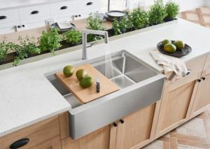 The design of the QUATRUS R15 ERGON refreshes the classic farmhouse sink with functionality that meets the needs of the most practical kitchens.