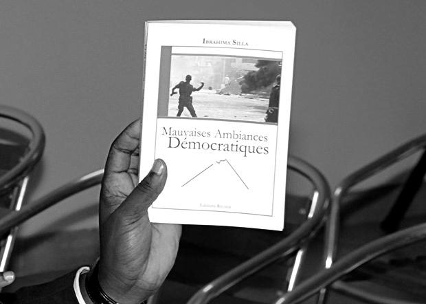 """Couverture de """"Mauvaises ambiances démocratiques"""" - Ibrahima Silla"""