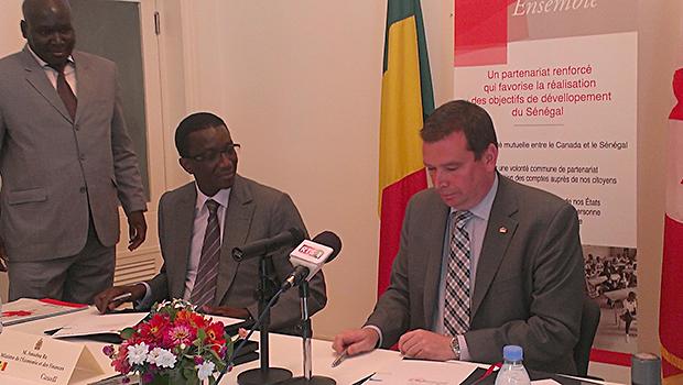 Amadou Bâ, Ministre de l'Economie et des Finances du Sénégal et M. Christian Paradis, Ministre canadien de la Coopération Internationale