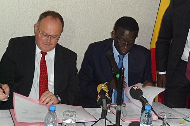 Romain Schneider, ministre de la Coopération et de l'Action Humanitaire du Grand-Duché de Luxembourg et Amadou Bâ, ministre de l'Economie et des Finances du Sénégal,