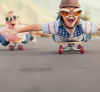 Kinder auf Scatboard