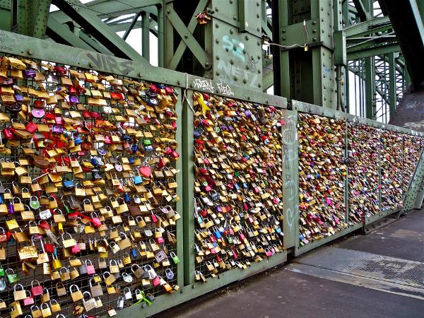 Love locks on Köln Hohenzollernbrücke