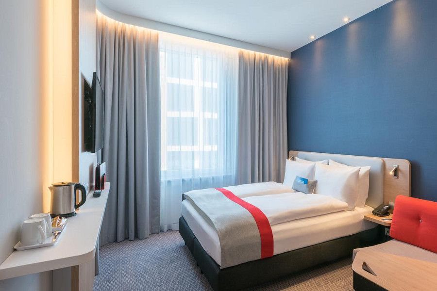 A peak inside the double room at the Holiday Inn Express Munich City West.