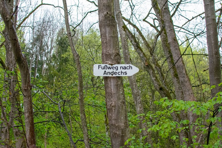 A sign marks the hiking trail to Andechs.