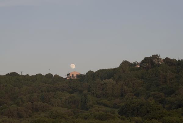 Le soleil tombe et la lune arrive...