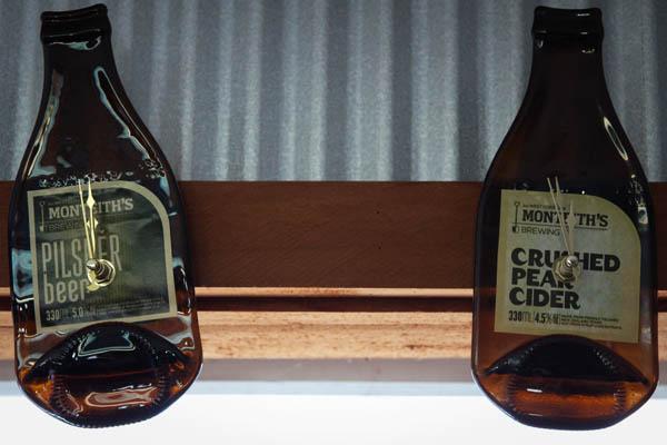 Horloge faite avec des bouteilles de Monteith's à Greymouth