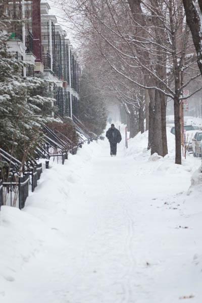 Un homme marchant dans Montréal au Canada