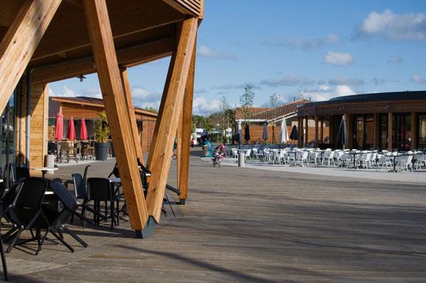 Scène extérieure avec bar et terrasse