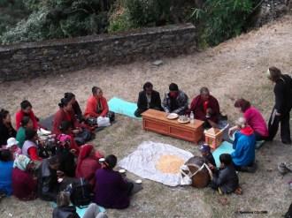 femmes assemblées pour chanter des dévotions